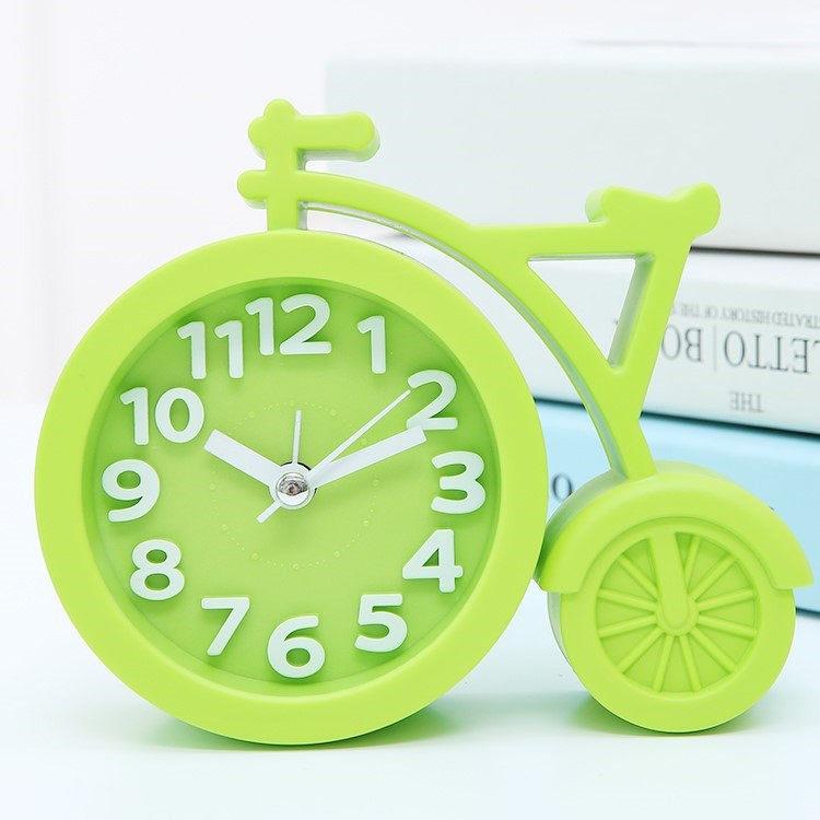 目覚まし時計はシンプルな時間に北欧風のデスクトップ式のかわいい電子式の時計の客間の専用のベッドが起きます。