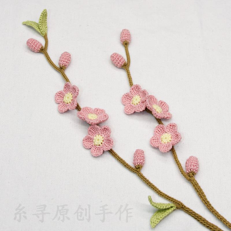 手作りの編み針フック立体桃の花のベルトにワンピースの飾り綿麻ベルトの腰紐を合わせます。