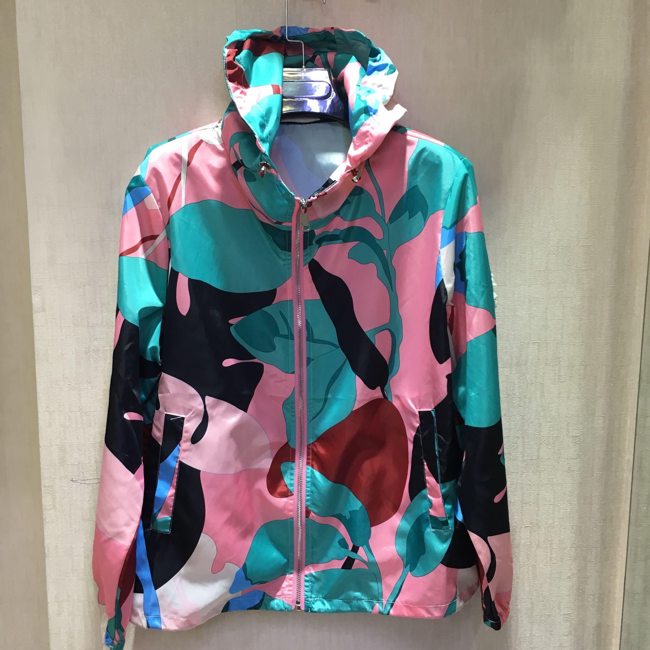 2019 spring and autumn new European and American womens color printing hooded zipper single layer lightweight short windbreaker
