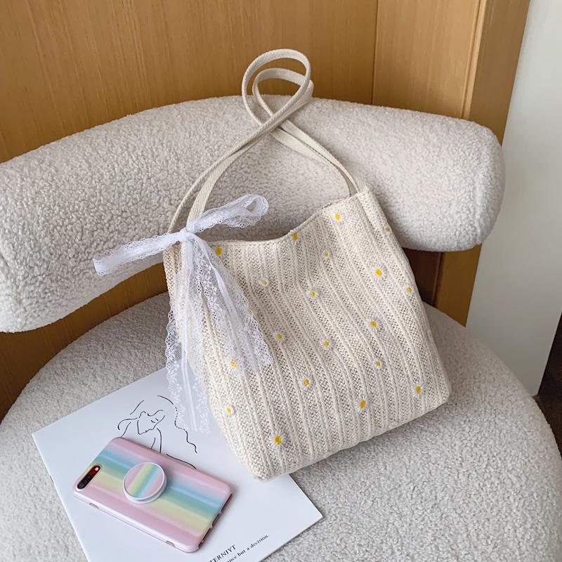 夏天流行小包包洋氣女包2020新款潮時尚草編單肩包百搭蕾絲水桶包