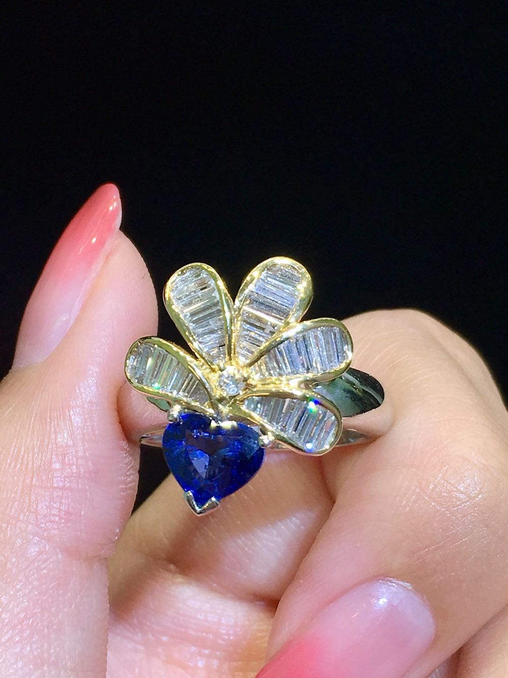 The design of PT900 heart-shaped Sapphire Diamond ring, unique and lovely radish shape, fine technology