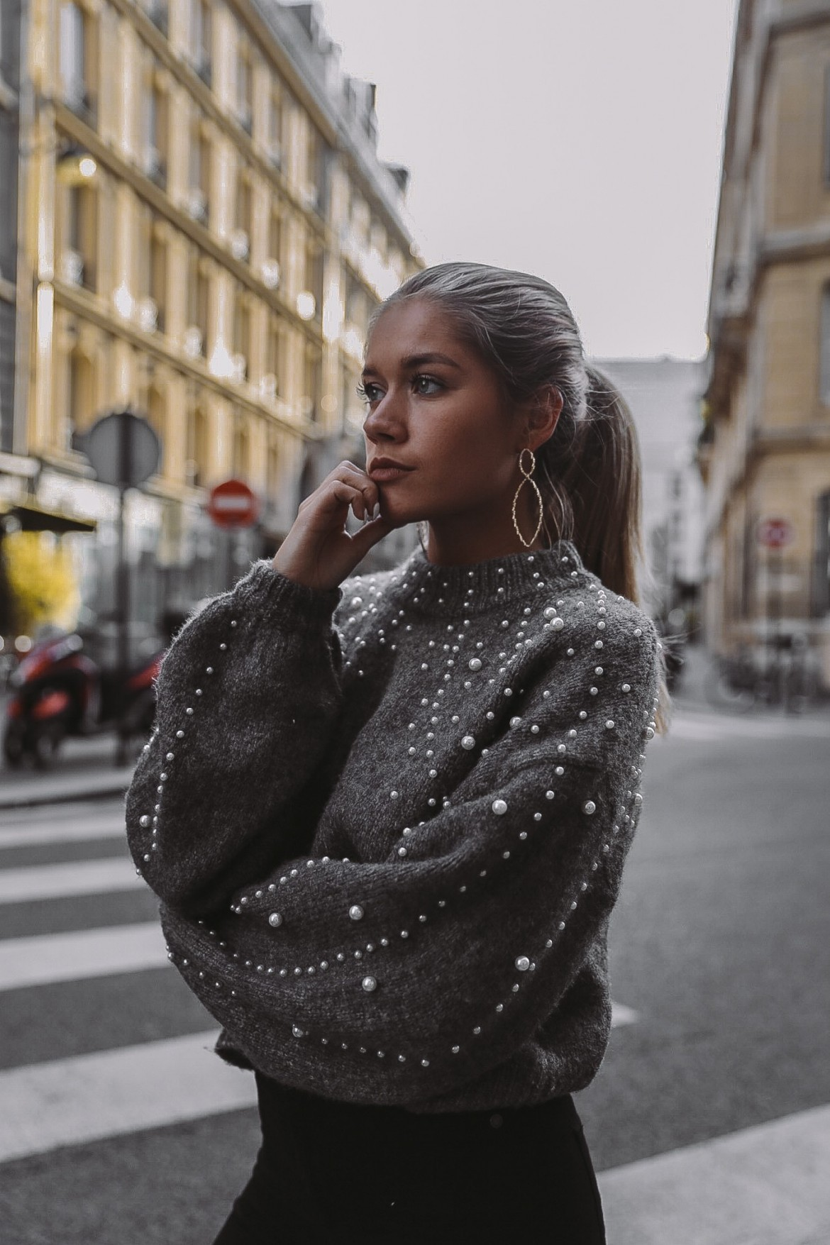Autumn and winter 2018 new round neck loose sweater European and American womens short nail pearl decorative Pullover