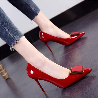 漆皮高跟鞋女2020早春新款欧美尖头亮皮细跟浅口方扣单鞋酒红婚鞋