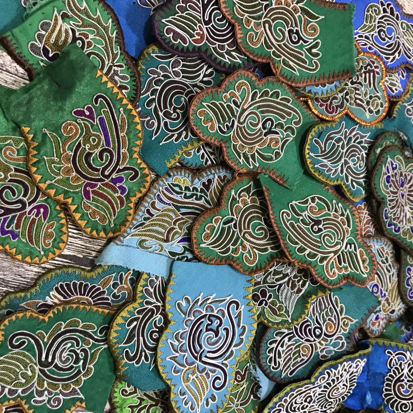 Гуйчжоу чистый ручная работа Мяо ручная работа Вышитая лошадь хвост Вышитые поделки с вышитыми вышивками этнические вышивки старые вышитые кусочки