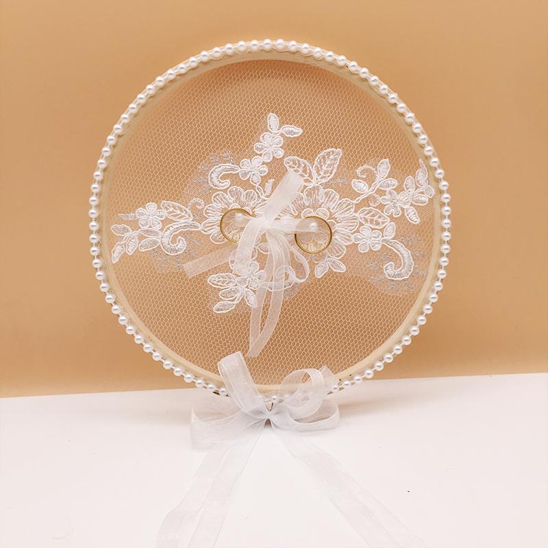 オリジナルの手作りレースの指輪ケースの震動と同じタイプの花嫁指輪を枕にした森系プロポーズの道具です。