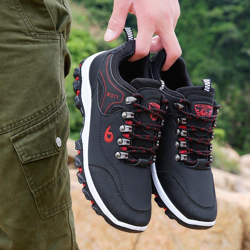 新商品の男性の青年の旅行靴は滑りにくくて、運動に強いです。