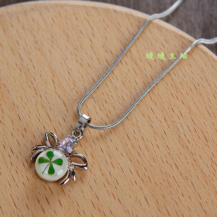 2020 package mail Valentines Day artificial amber four leaf grass collarbone necklace for girlfriend sweet jewelry pendant