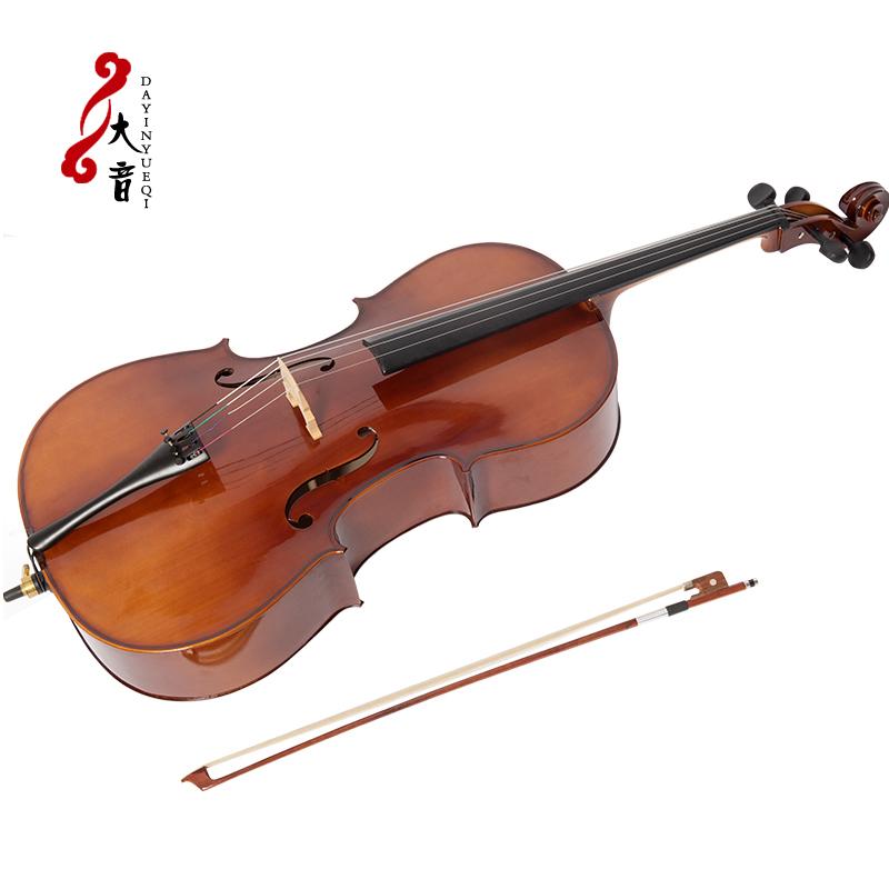 サンスクリットの巣の西洋楽器の成人は実木のチェロを演奏します。
