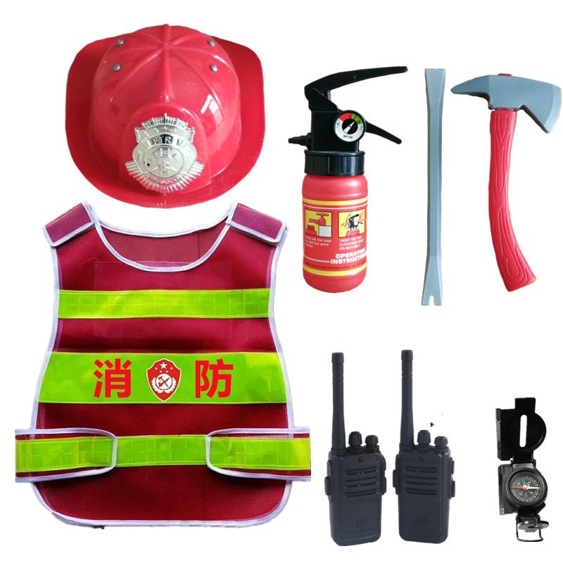 子供消防士のサム役で、道具のヘルメットと消防玩具を演じています。