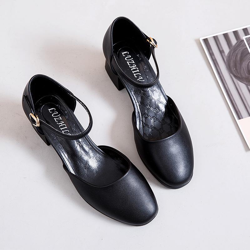 方头凉鞋女粗跟夏季包头中跟黑色高跟鞋女职业一字扣带中空女皮鞋图片