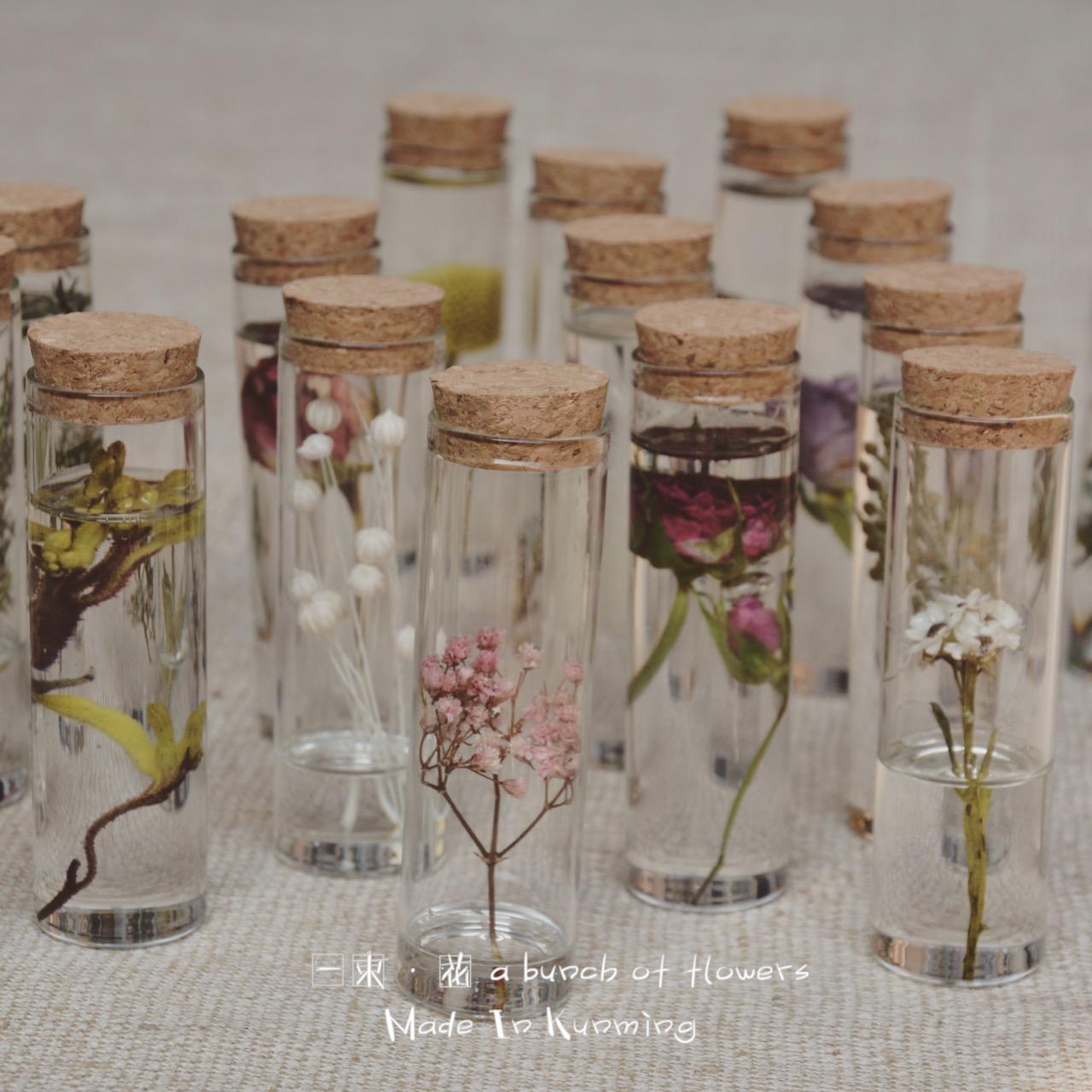 Красивый небольшой свежий муза стеклянные бутылки завод знак это сухие цветы вечная жизнь цветок действительно цветок завод свертываться твердый собирать любовь хорошо