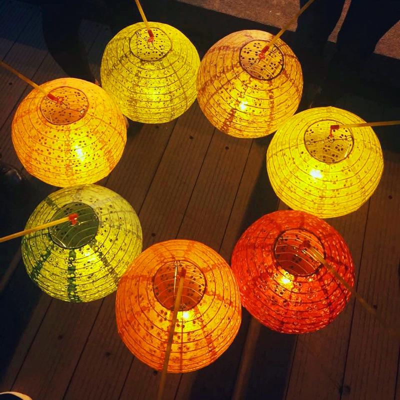 Детей руки упоминание свет бумага фонарь детский сад танец реквизит праздник середины осени фестиваль юань ночь фестиваль брелок фотография фотографировать клетка свет