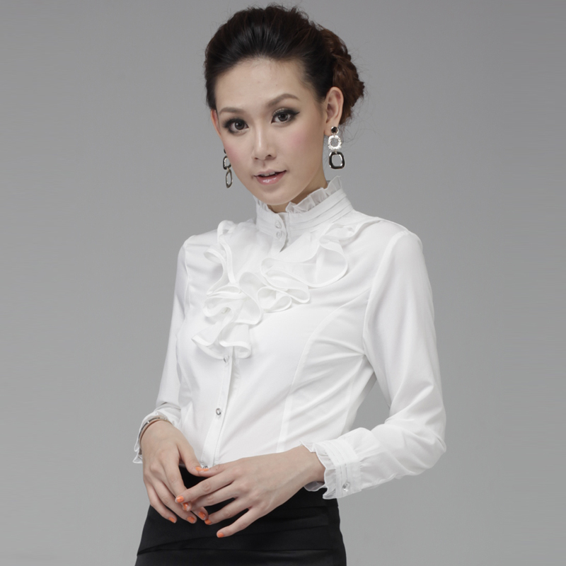 В белой блузке систки