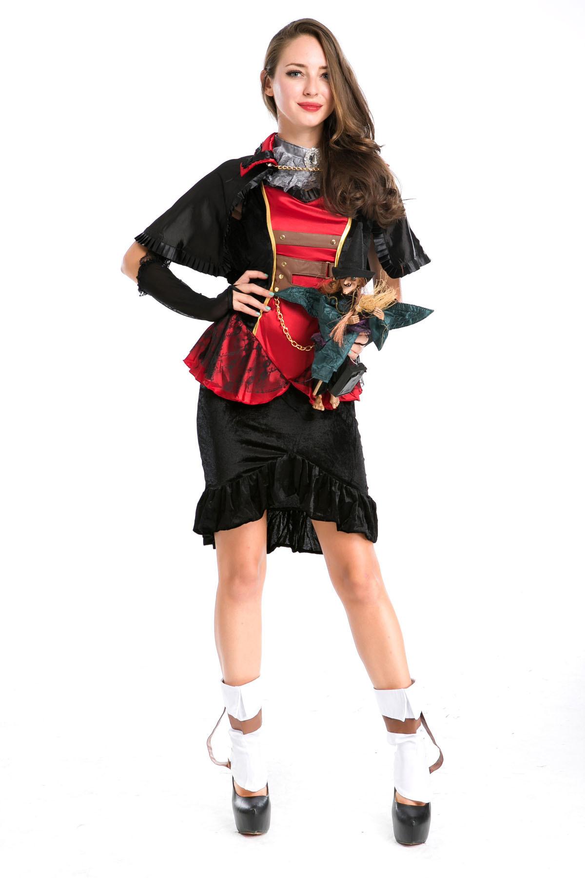 ハロウィンの女妖怪吸血鬼役が夜店のテーマパーティの舞台に扮して黒い巫女服を披露します。