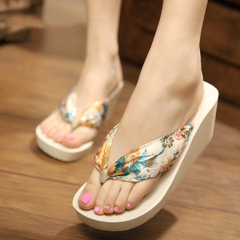 夏季丝绸布带人字拖坡跟松糕鞋厚底海边度假夹脚沙滩鞋高跟拖鞋
