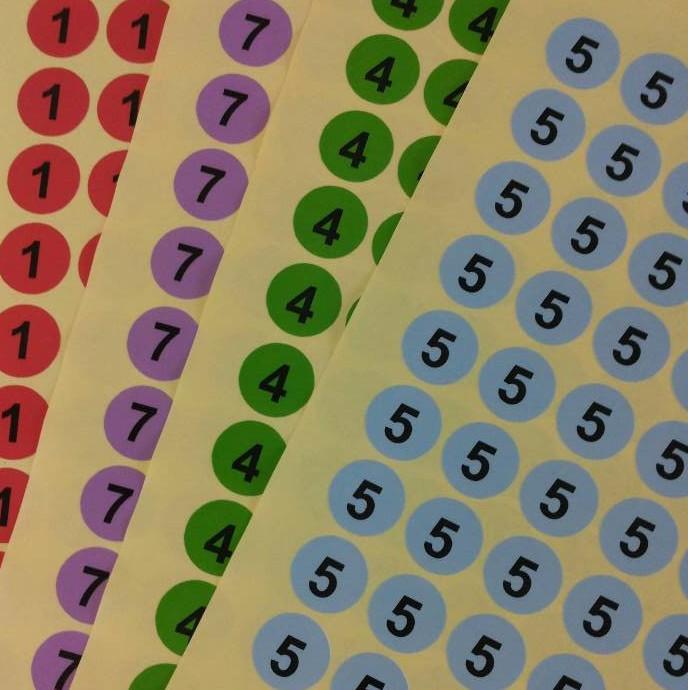 现货加粘彩色月份不干胶标贴纸2CM圆形数字标签东莞印刷可定制