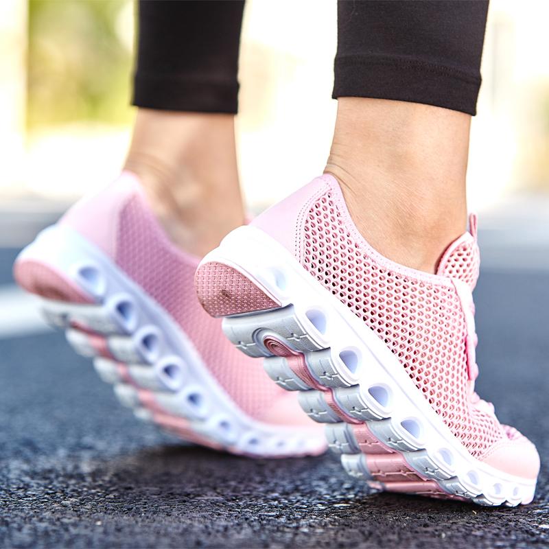 Сетка сетка кроссовки женщин летних учащихся младших средних школ в конце бренд спортивные розовые дышащей легкий шок поглощающих мягкой сетки обувь