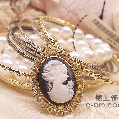 Queens token H & mhm relief portrait Cameo wind pearl multi-layer Bracelet Japan, Korea, Europe and America headwear