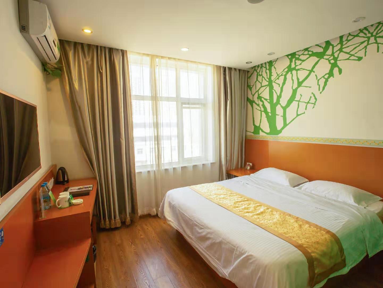 Green bark tree Tianjin Jinghai bus station home World Shopping Plaza Hotel big bed room