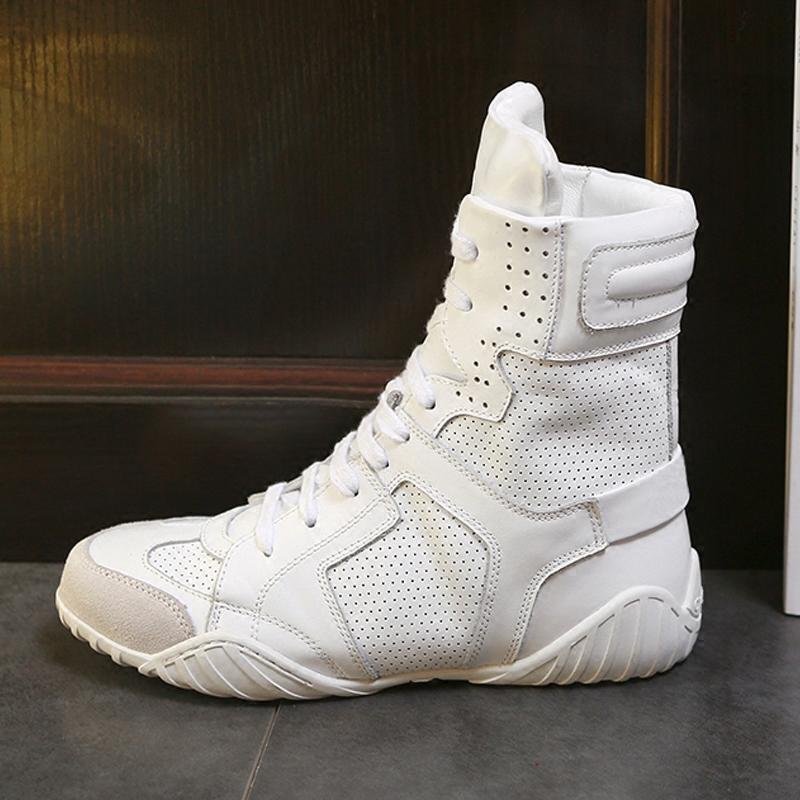 春と秋の靴の白いブーツは、空気を通す女性靴の本革のストラップのラウンドヘッドの底の英倫マーティンブーツです。