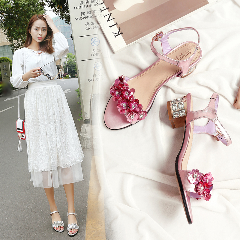 女涼鞋夏季新款韓版立體花朵一字帶粗跟水鑽涼鞋中跟真皮大碼女鞋