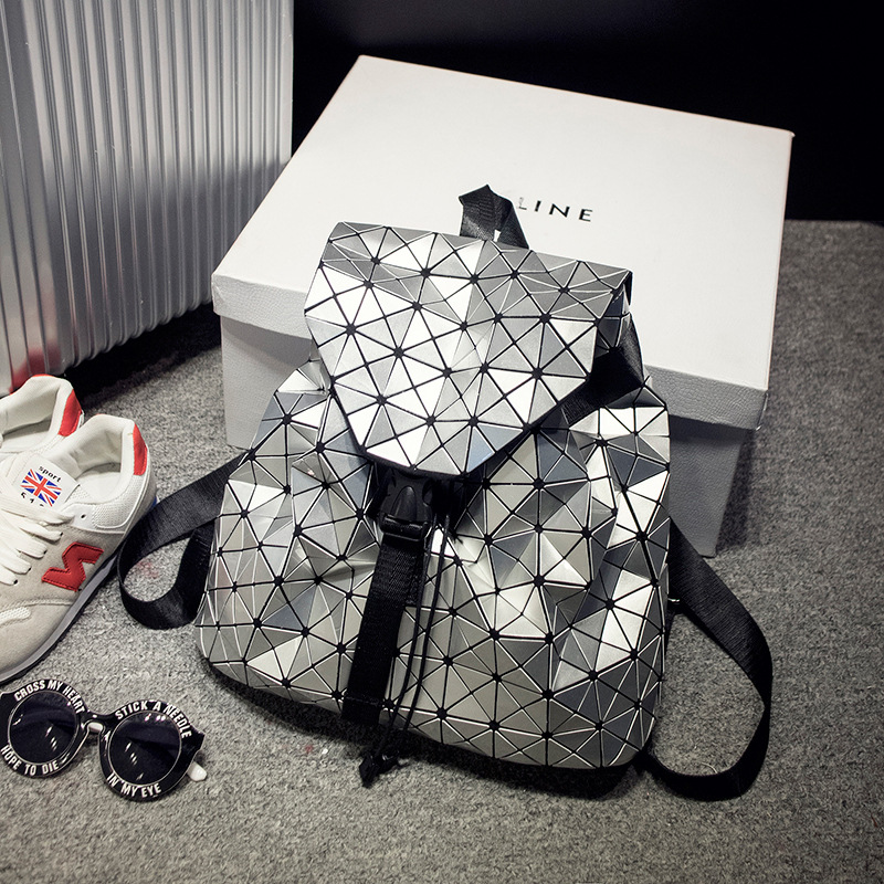 2019日本同款包邮菱格女包镭射魔方几何双肩包漆皮菱形旅行大背包