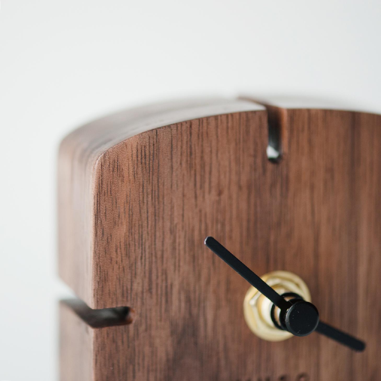 【有所的设计】弧顶时记胡桃实木无声台式静音床头小钟表闹钟摆件
