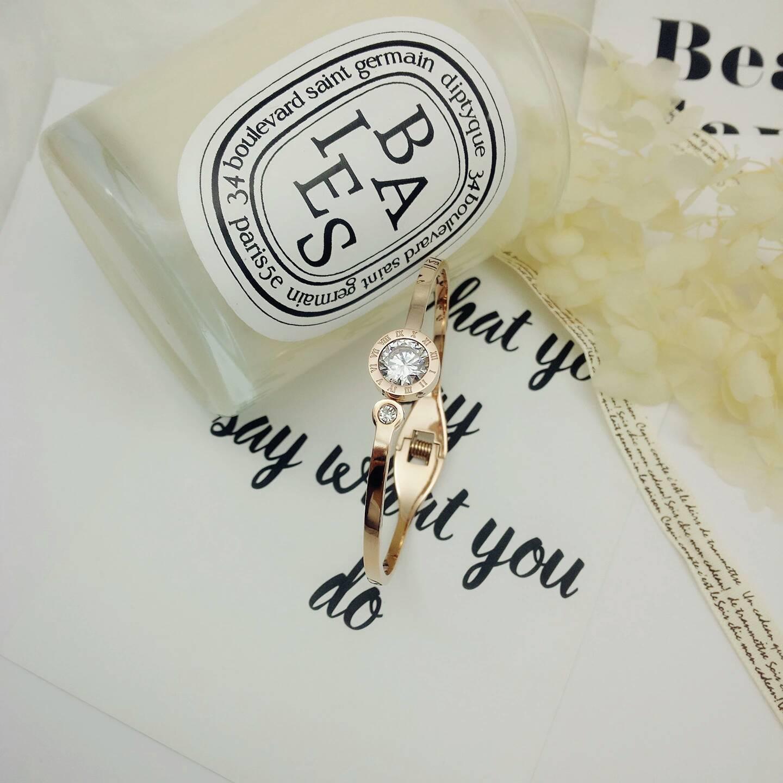 新款钛钢罗马刻纹字母简约时尚大牌玫瑰金饰品装饰配饰时尚手镯女