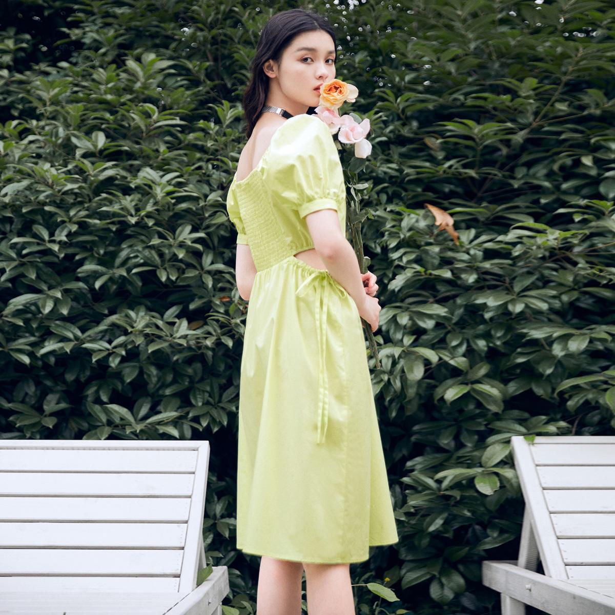 太平鸟法式复古方领连衣裙女2020夏季新款收腰镂空黄绿色连身裙女