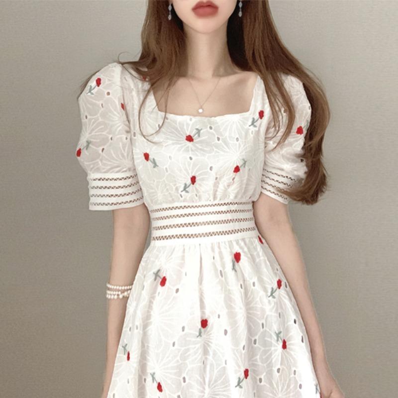 裙子2021年新款夏天甜美重工刺绣显瘦方领镂空收腰泡泡袖连衣裙女