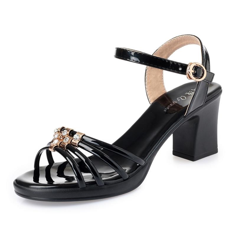 2020新款夏季粗跟凉鞋女中跟大码露趾一字扣水钻中年女士凉拖百搭