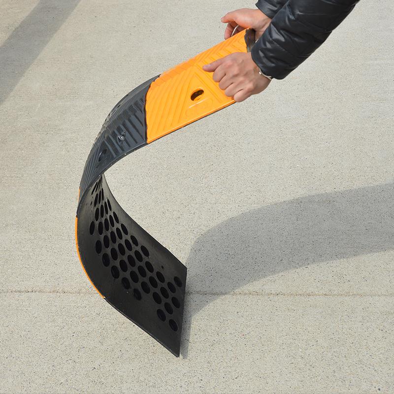 减速带橡胶汽车坡道斜坡缓冲带 加油站公路道路5公分橡胶减速带