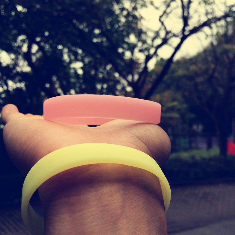 新款潮牌运动男女学生夜光防水硅胶手环定制橡胶无字健身瑜伽手带