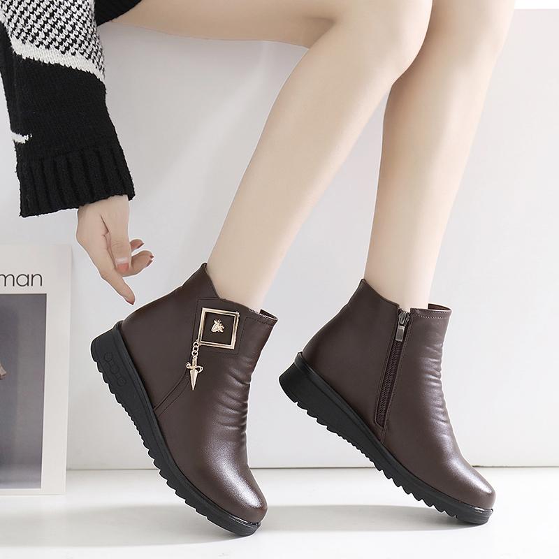 冬季妈妈棉鞋中老年人平底短靴老人皮鞋加绒保暖软底防滑中年女鞋