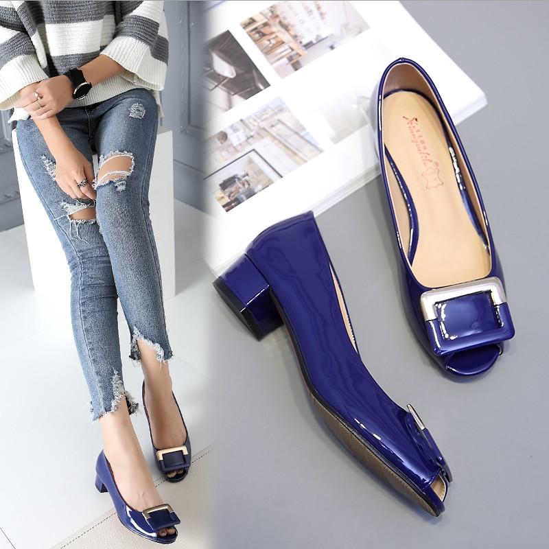 凉鞋女鱼嘴低跟中跟方扣漆皮夏季女式凉鞋浅口41-43粗跟大码女鞋