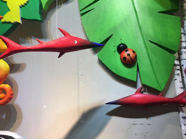 夏季美陈海洋主题装饰商场男女装橱窗道具海马金枪鱼吊挂饰dp布置
