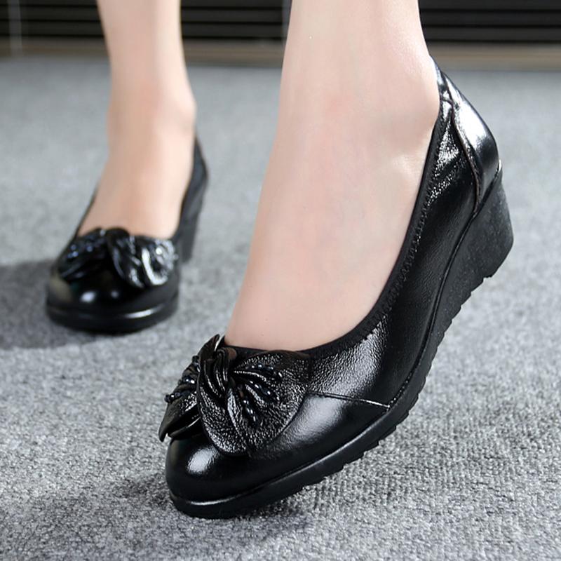 春季單鞋媽媽鞋子軟底坡跟鞋淺口舒適中老年真皮圓頭中跟皮鞋女鞋