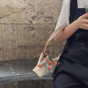 小优家包包 腋下包奶茶色女包2020新款斜挎包法棍单肩包潮大容量