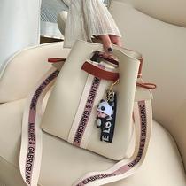 包包女2020新款流行宽带单肩斜挎包韩版百搭大容量休闲撞色水桶包