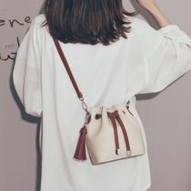 法国质感流行的包包女2021新款潮网红时尚水桶包女韩版百搭斜挎包
