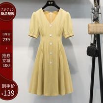 妃子 收腰显瘦缎面连衣裙女夏2020新款V领气质短袖高腰单排扣裙子