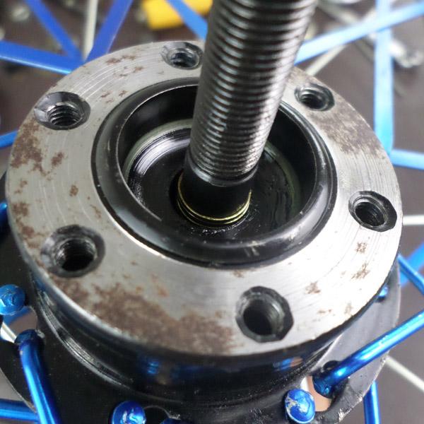 热卖山地车改装轴后轮轴承轴滚珠花鼓改轴承培林实芯轴升级散珠花鼓图片