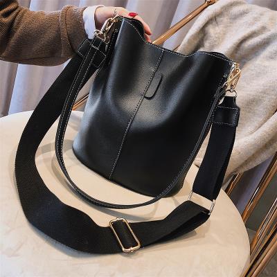 香港单肩包女2020新款真皮宽肩带水桶包韩版百搭大容量斜挎大包包