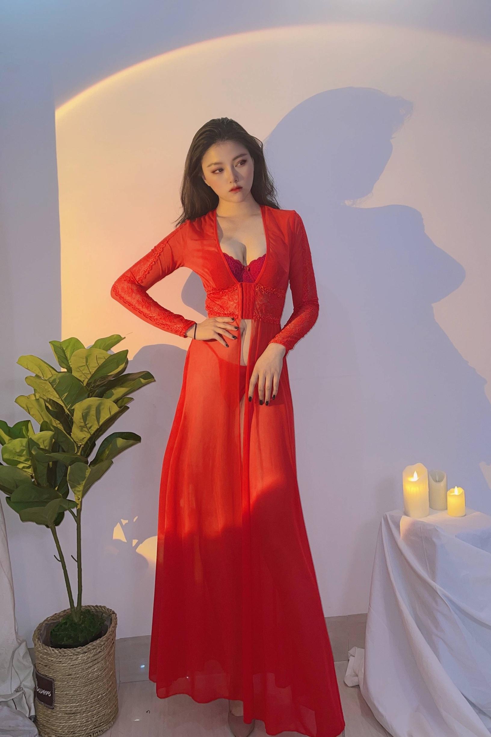 红色适合我,红红火火,高腰设计,高开叉,特别性感!质量好,网纱丝滑柔软。周末度假和男朋友住的民宿,就带的这款衣服,男朋友给拍的照片,拍的还可以,还是姐我身材好,嘻嘻,我们度过了一个浪漫缠绵的午夜。