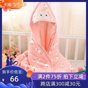 Em bé sơ sinh cầm một mùa xuân và mùa thu dày ra khỏi gói trẻ sơ sinh là mùa thu và mùa đông em bé đang giữ một chiếc chăn - Túi ngủ / Mat / Gối / Ded stuff