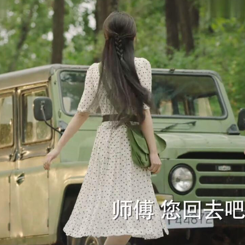 《你迟到的许多年》殷桃莫莉同款白色波点连衣裙,初秋中长A字裙