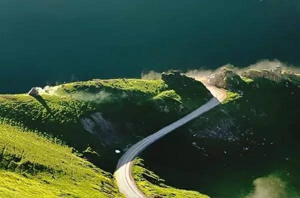 多种地貌形态的新疆公路是一种别