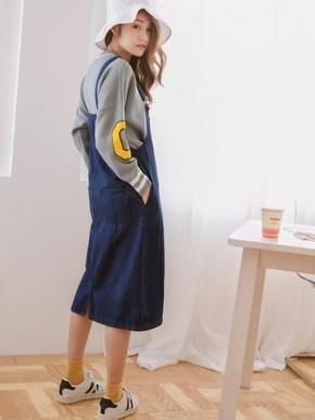 大口袋造型设计,让吊带裙穿出不一样的质感,内搭宽松长版的版型提升整体休闲风格,不自觉让人留下好印象!