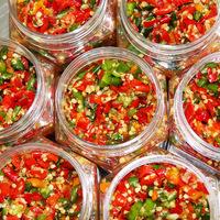 Хунань сельский дом специальный пряный трехцветный чесночный соус чили домашнее ручная работа Пряный рубленый перец чили низ Рисовое пшено с перечным соусом