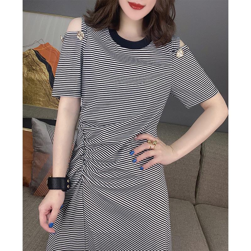 轻熟减龄露肩条纹短袖中长款连衣裙